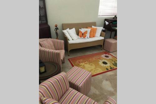 Uma área de estar em Spacious Apartment near Palm Beach with Pool