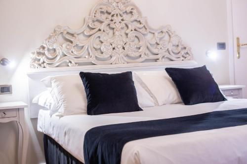 A bed or beds in a room at Residenza Florentia