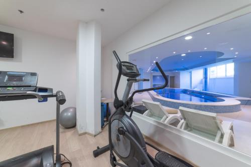 The fitness center and/or fitness facilities at Hotel Fanat
