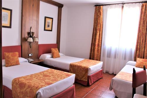 A bed or beds in a room at Hotel El Bedel