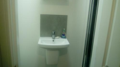 A bathroom at Lovely 1-Bed Apartment in London