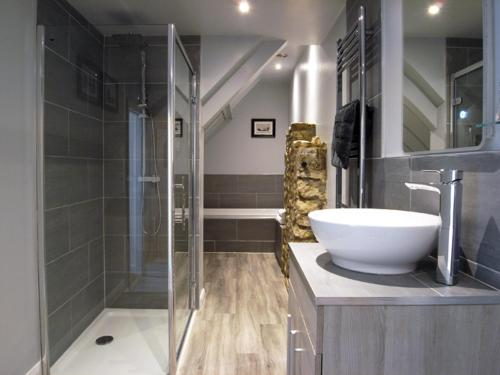 A bathroom at The George at Nunney