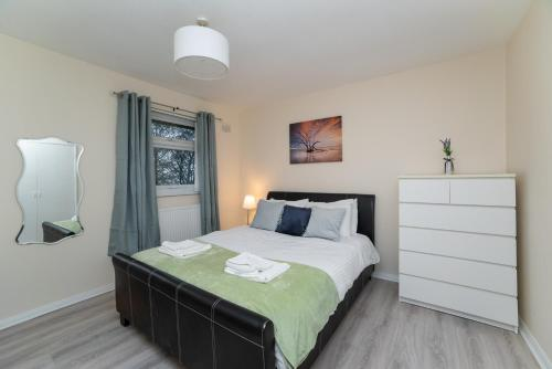 Modern 4 bedroom house - Free Parking and Netflix by WHA for Contractors, Relocation, Business Travelers