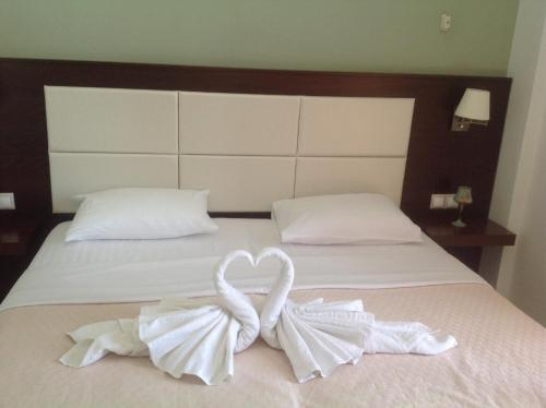 A bed or beds in a room at Avra