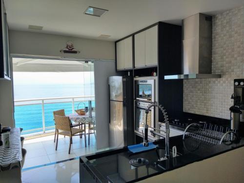 A kitchen or kitchenette at Cobertura Duplex Vista Mar