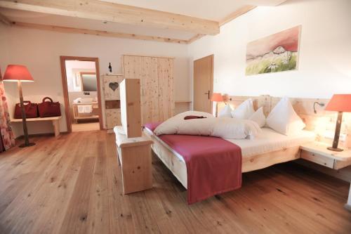 A bed or beds in a room at Natur- und Wellnesshotel Höflehner