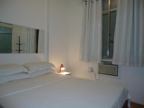 Ein Bett oder Betten in einem Zimmer der Unterkunft Copacabana 3 quartos ar cond a 2 qds da praia