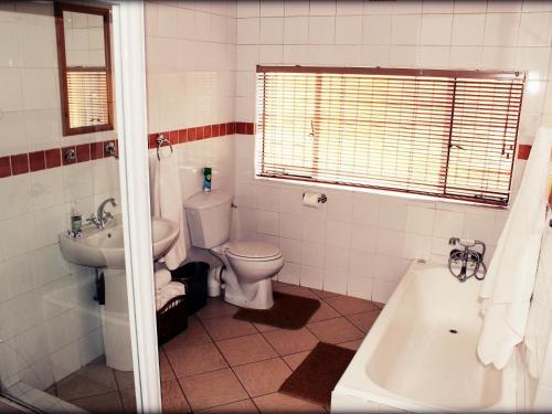 A bathroom at Aqua Terra Guest House