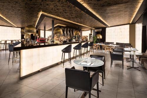 Um restaurante ou outro lugar para comer em ME London by Melia