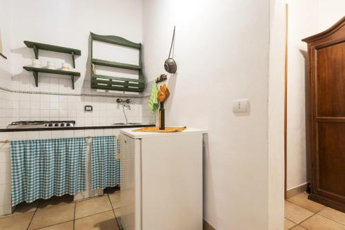 A kitchen or kitchenette at Apartment with one bedroom in Chiaramonte Gulfi with shared pool enclosed garden and WiFi 20 km from the beach