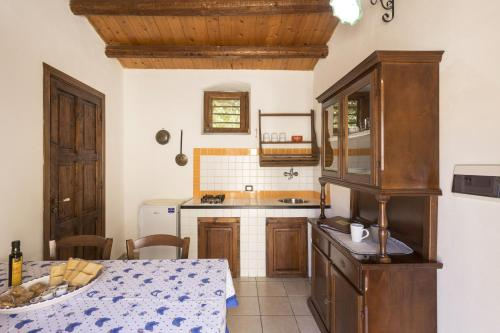 A kitchen or kitchenette at Apartment with 2 bedrooms in Chiaramonte Gulfi with shared pool enclosed garden and WiFi