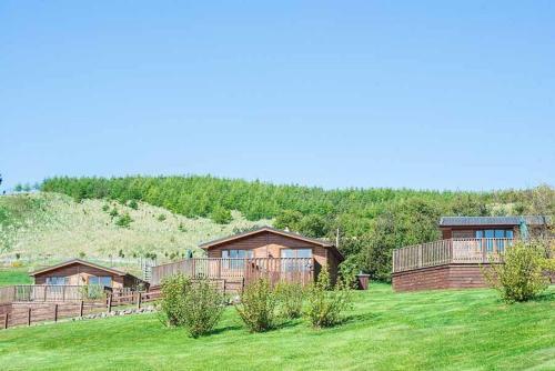 Kingfisher Lodge with Hot Tub near Cupar Fife