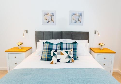 A bed or beds in a room at Absolute Stays on Grosvenor - Close to London - Near Luton Airport - St Albans Abbey Train Station - St Albans Cathedral - Harry Potter World - Free WiFi - Contractors - Corporate