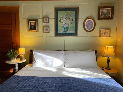 A bed or beds in a room at Hotel Vendome