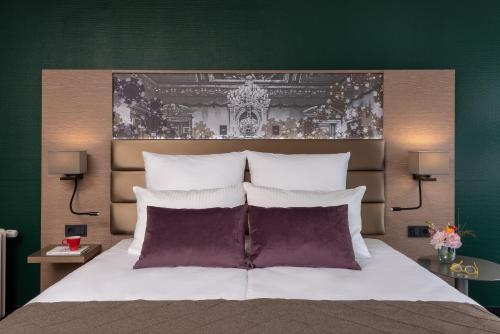 Een bed of bedden in een kamer bij Leonardo Royal Hotel Baden- Baden
