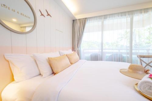 Ein Bett oder Betten in einem Zimmer der Unterkunft The Bliss South Beach Patong