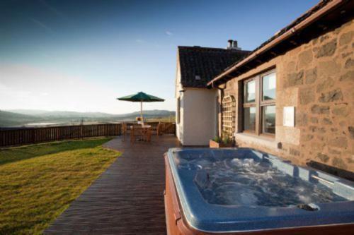 Rowan Tree Cottage with Hot Tub near Cupar Fife