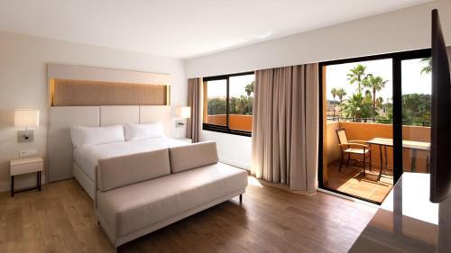 Een zitgedeelte bij DoubleTree by Hilton Islantilla Beach Golf Resort