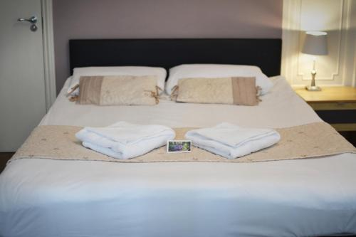 A bed or beds in a room at 72QT
