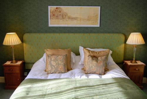 A bed or beds in a room at The Old Vicarage Dolfor