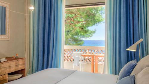 A bed or beds in a room at La Pinède Plage