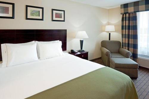 A bed or beds in a room at Holiday Inn Express Hotel & Suites Syracuse North Airport Area