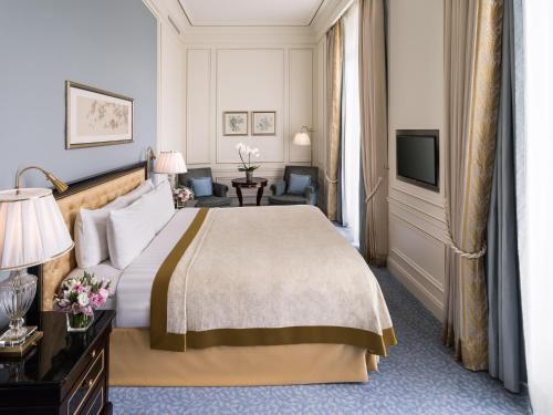 A bed or beds in a room at Shangri-La Hotel, Paris