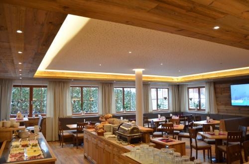 Ein Restaurant oder anderes Speiselokal in der Unterkunft Hotel Starjet