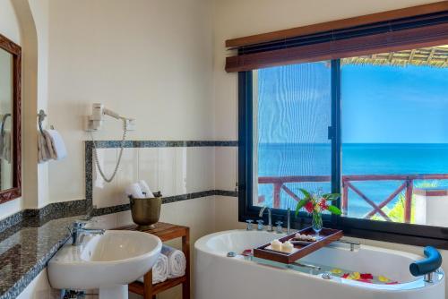 Ванная комната в Sea Cliff Resort & Spa