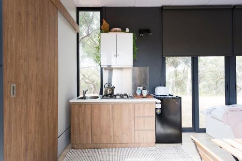 A kitchen or kitchenette at Big Tiny Paz Seven Hills Tiny House, Tallarook