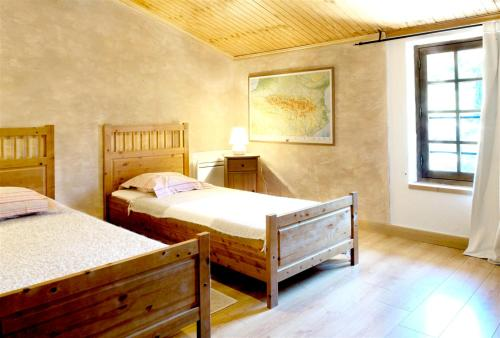 A bed or beds in a room at Mansion with 3 bedrooms in Castelnou with wonderful mountain view shared pool furnished garden 25 km from the beach