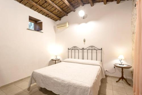 A bed or beds in a room at Apartment with one bedroom in Chiaramonte Gulfi with shared pool enclosed garden and WiFi