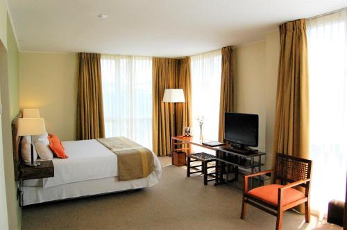 Una televisión o centro de entretenimiento en Solace Hotel Puerto Varas