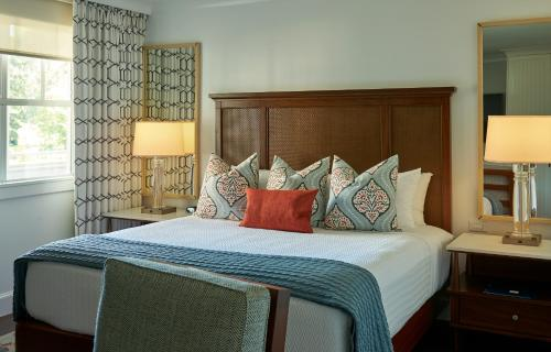 A bed or beds in a room at Inn By the Sea