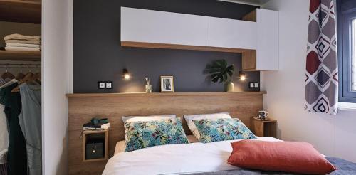 Ein Bett oder Betten in einem Zimmer der Unterkunft Camping la Haie Penée ****