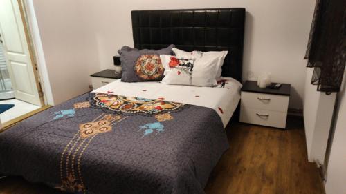 Un pat sau paturi într-o cameră la Pensiunea Izabel