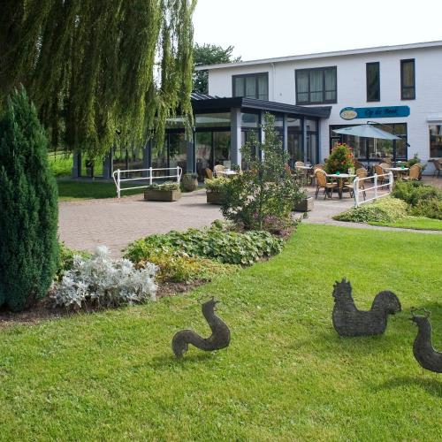 A garden outside Hotel Restaurant Op De Beek