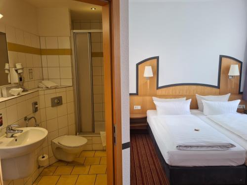 A bathroom at Hotel Am Kaisersaal