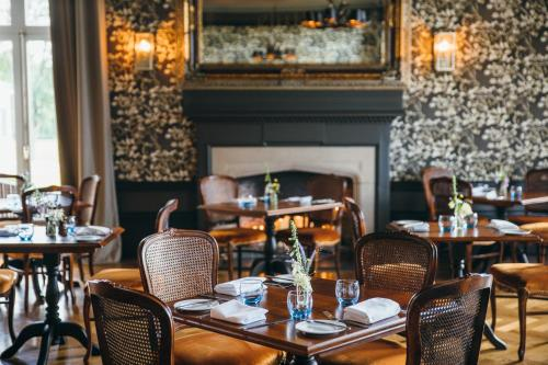 A restaurant or other place to eat at Cornhill Castle