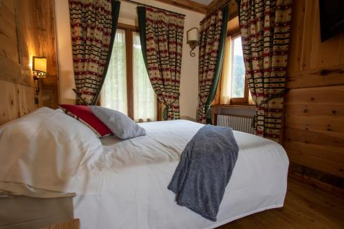 A bed or beds in a room at Laghetto Alpine Hotel & Restaurant