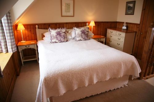 A bed or beds in a room at Hotel Eilean Iarmain