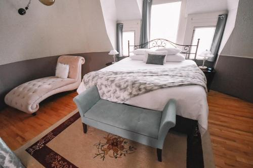 A bed or beds in a room at Bellas Castle Bed and Breakfast