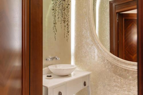 A bathroom at Park Hyatt Vienna