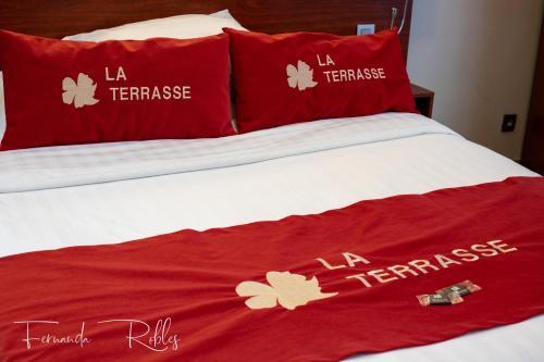 Ein Bett oder Betten in einem Zimmer der Unterkunft Hotel La Terrasse