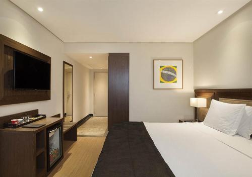 A bed or beds in a room at Windsor Brasília Hotel