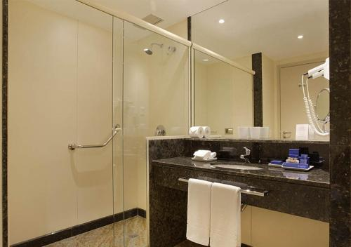 A bathroom at Windsor Brasília Hotel