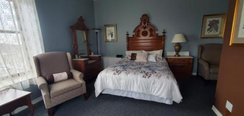 A bed or beds in a room at Historic Calumet Inn
