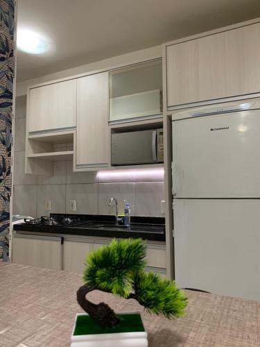 A kitchen or kitchenette at Apartamento Mirante das águas, Itapema-SC 4 minutos da praia