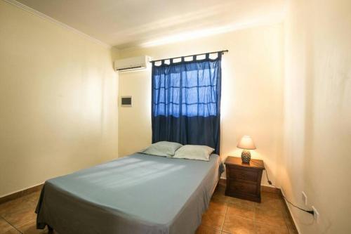 Cama ou camas em um quarto em Aquazul Aruba Apartments