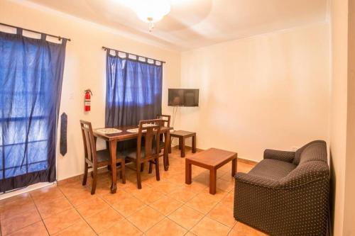 Uma área de estar em Aquazul Aruba Apartments